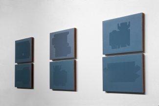 Blue Boxes, 2000 - papel fotográfico sin procesar - Barniz - Instalación - Varias piezas, 18 x 24 cm c/u
