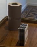 Cuerpos sensibles, 2019. Papel fotográfico blanco y negro, película fotográfica 4 x 5, madera, vidrio, hierro. 140 x 59 x 45 cm.